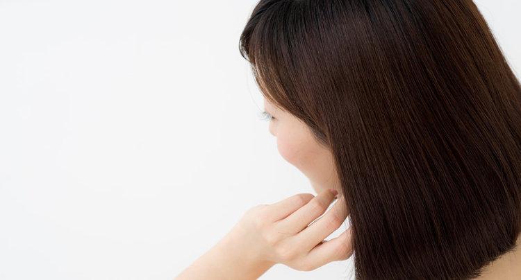 髪の悩みを抱える女性