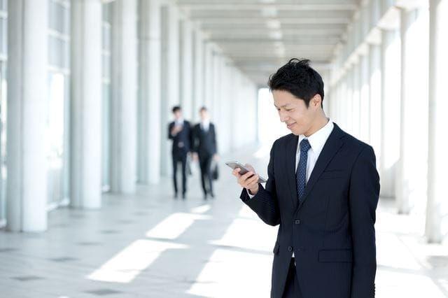 携帯電話をチェックする男性