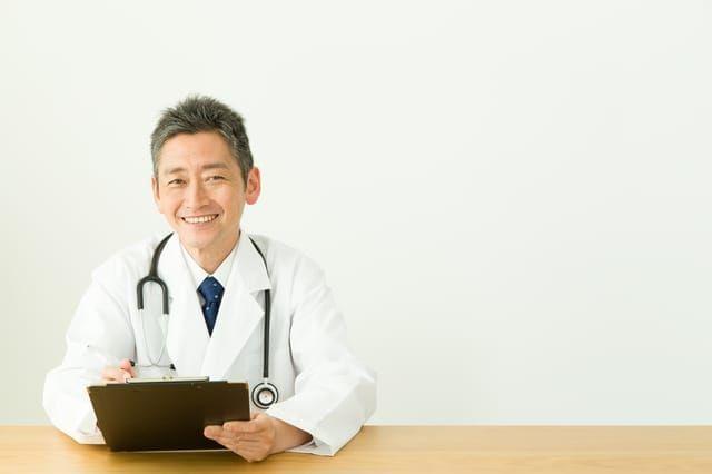 相談に乗る医師