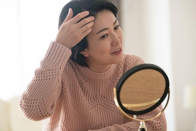 鏡を見るシニア女性