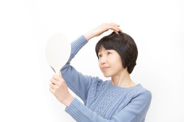 頭頂部を見る女性