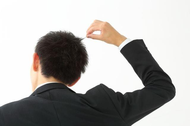 髪を引っ張る男性