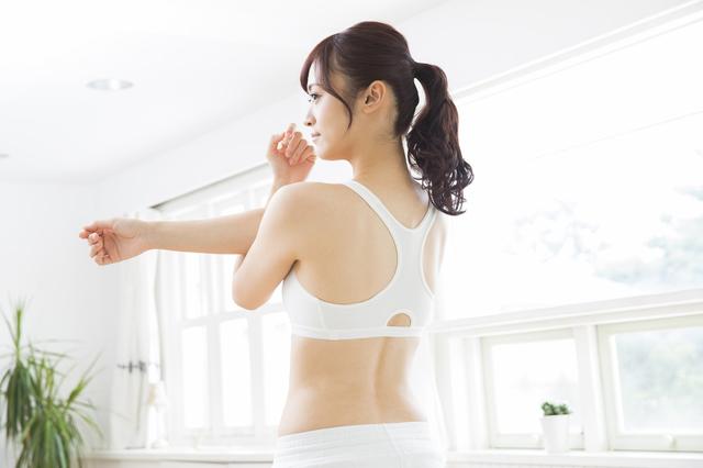 女性が運動をしている
