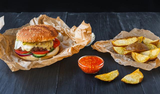 ハンバーガーとポテトの画像